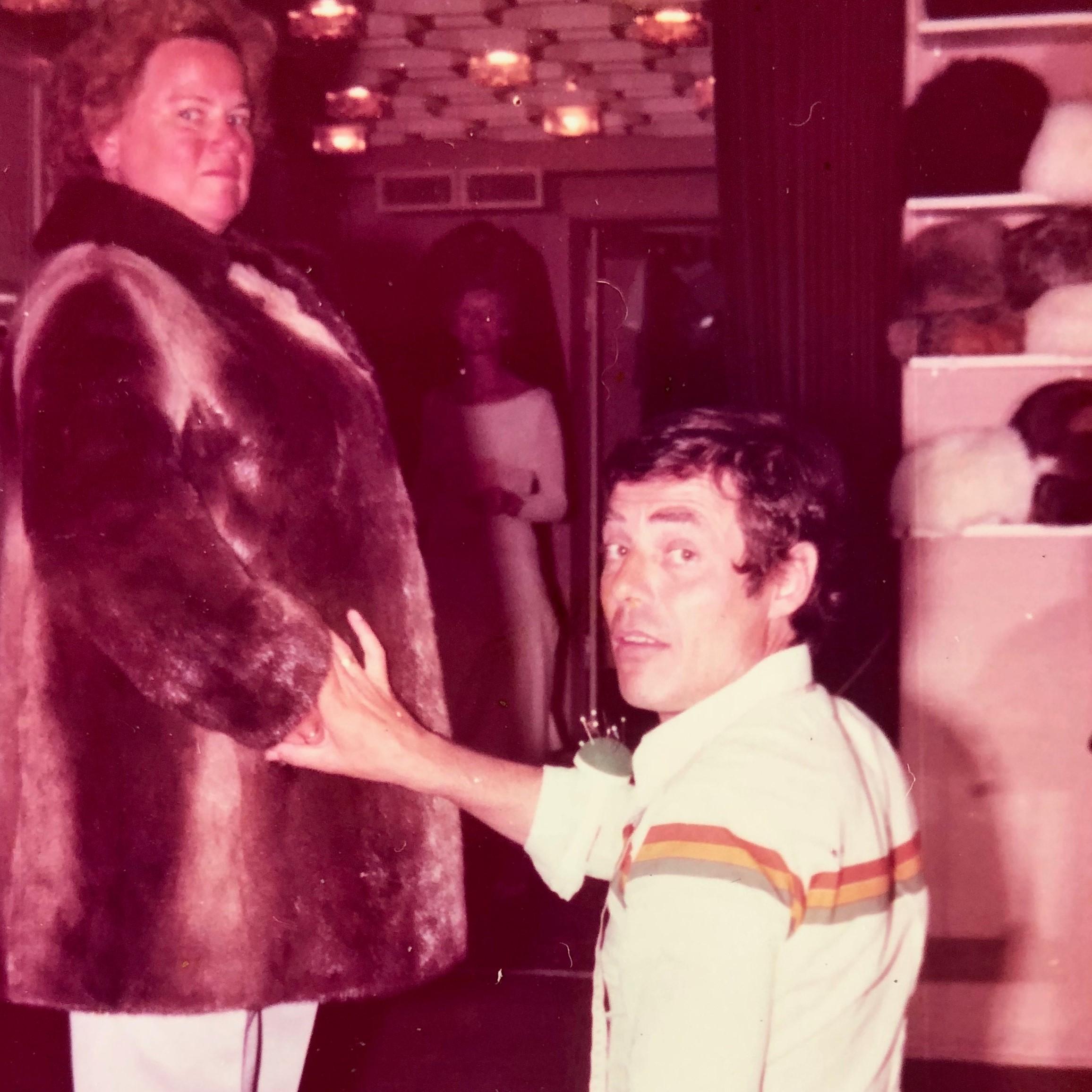 70er Peida kniet vor Kundin
